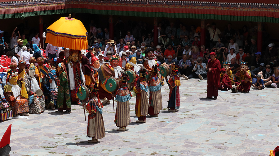"<img src=""hemis festival photo tour in campervan ladakh.jpeg"" alt=""best photo tour with caravan campervan offbeat vacation covid19 corona safe nomadic overlanding holiday onboard overland truck hemis festival ladakh india"">"