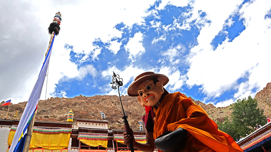 "<img src=""photo tour campervan hemis festival ladakh.jpeg"" alt=""photo tour photography expedition with caravan campervan offbeat vacation covid19 corona safe soft adventure nomadic overlanding holiday onboard overland truck hemis ladakh india"">"
