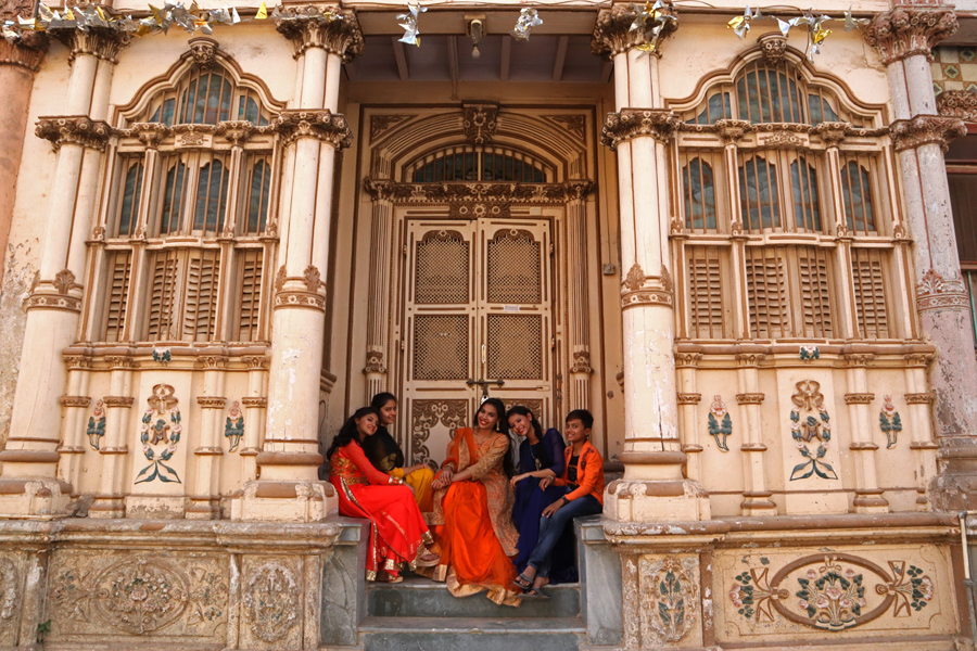 "<img src=""bohra women at haveli sidhpur.jpeg"" alt=""best escorted and guided photo tour of sidhpur campervan overland truck nomadic overlanding caravan holiday unique lifetime experience offbeat outdoor camp to relax unwind quiet place at secluded locations in gujarat india"">"
